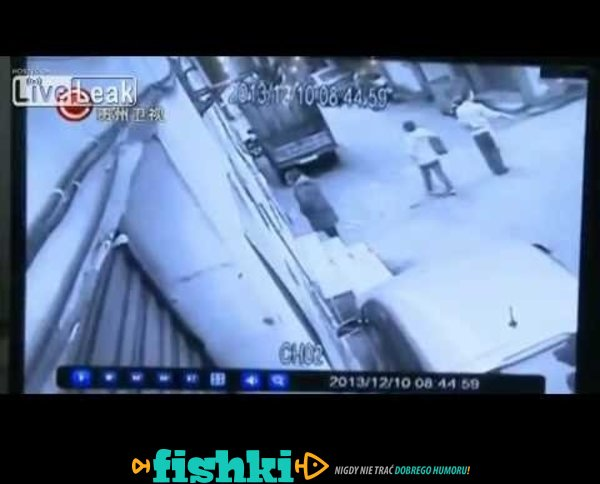 2 osoby przypięte ścianę przez SUV, gdy kierowca uderza gaz zamiast hamulca