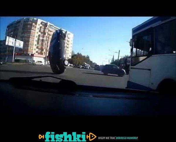Niewidoczna pułapka na drodze