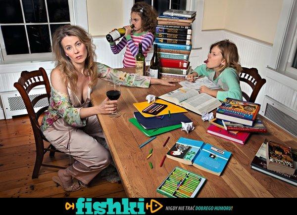 Matka pokazuje rodzinną sielankę z porcją czarnego humoru - zdjęcie 1