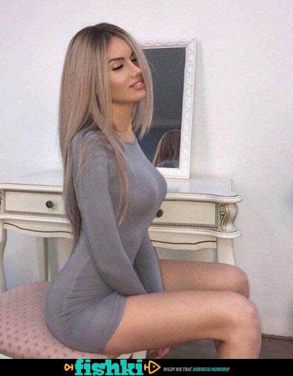 W obcisłych sukienkach - zdjęcie 1