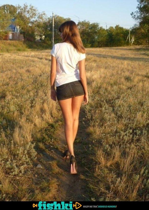 W krótkich spódniczkach - zdjęcie 1