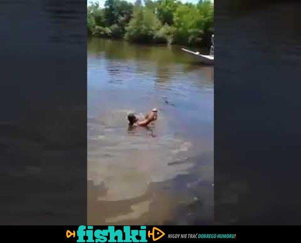 Pływa z aligatorami
