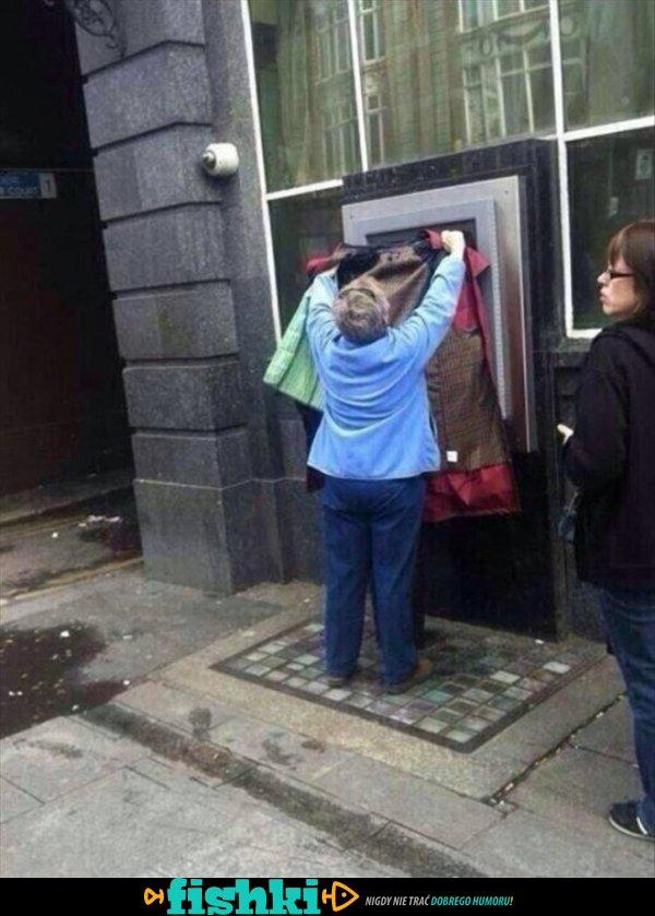 Przy bankomacie. Co się tu dzieje?