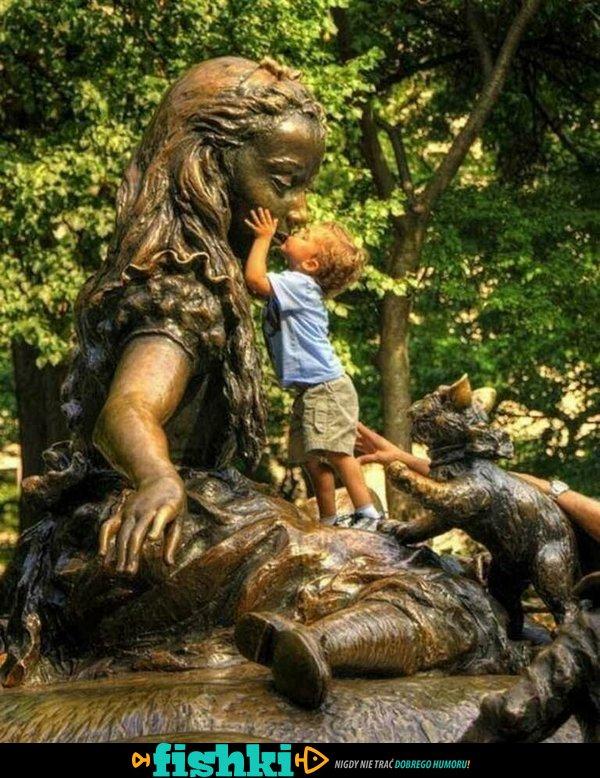 Śmieszne zdjęcia z pomnikami - zdjęcie 13