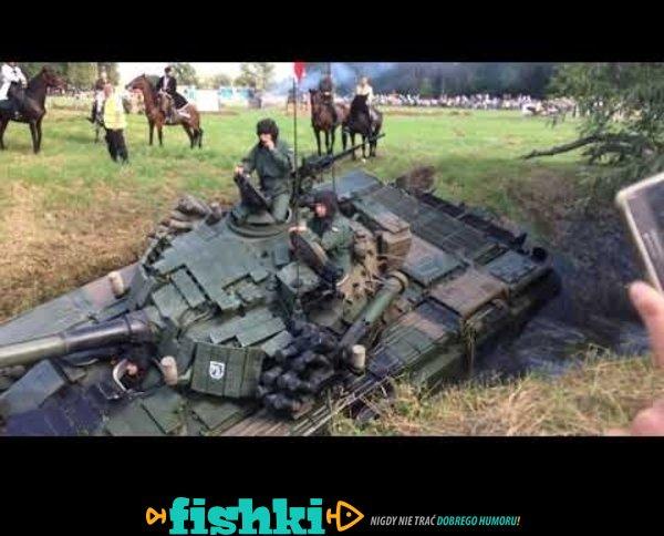 Czołg zakopał się w rzece