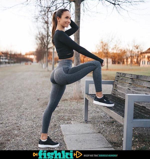 Piękne kształty ukryte w spodniach do jogi