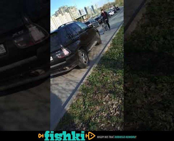 Rowerzysta próbuje powstrzymać kierowcę