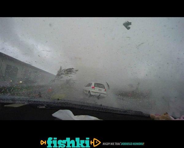 Tornado i samochód